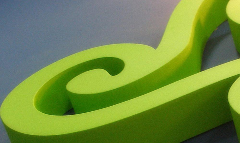 Rótulo tridimensional o conjunto de letras volumétricas, que pueden ser fabricados en diversos materiales.